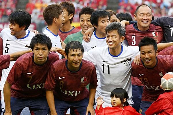 中田浩(前列左から2人目)、柳沢(前列右)、新井場(前列左)の引退試合に三浦知(右から2人目)らそうそうたる面々が一堂に会した