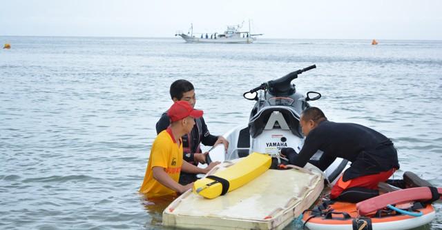 参加者は海の安全を守るライフセーバーたちに見守られながら、安全にレースを楽しめる