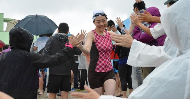 参加者は笑顔で皆とハイタッチをかわしながら、スタート地点まで駆け抜ける