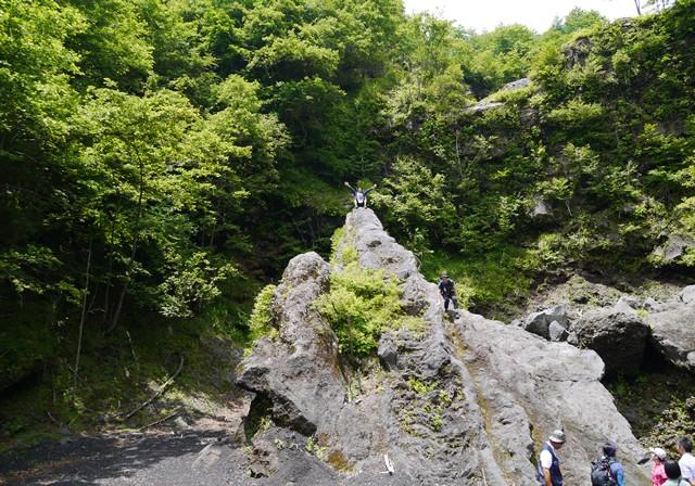 休憩中、岩の頂上へ登る芸部