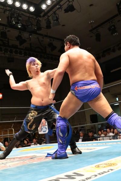 袈裟斬りチョップ、DDTなど、父親譲りの技を繰り出した大地だったが永田に完敗