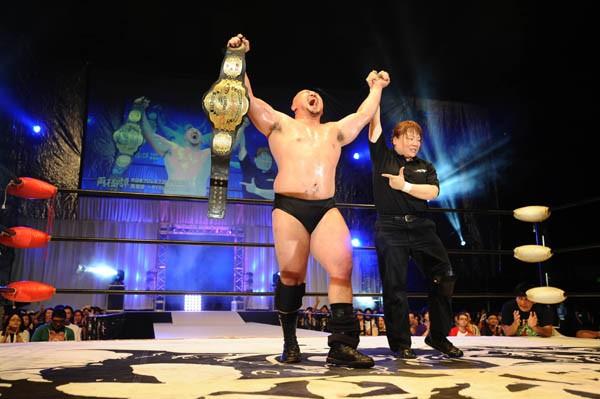 大日本プロレス初の両国大会で岡林は関本を破りストロング王座初戴冠