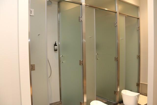 シャワールーム、パウダースペースもセレクトショップならではのうれしいこだわりが満載だ