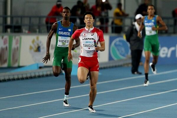 世界リレーのアンカー・谷口(中央)は、初めてのアンダーハンドパスも難なくこなし、銅メダルに貢献した
