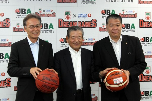 NBLとbjリーグの優勝・準優勝チームによる夢の対戦が実現。川淵会長(中)とともに笑顔で会見に臨んだ堀井副理事長(右)と河内コミッショナー(左)