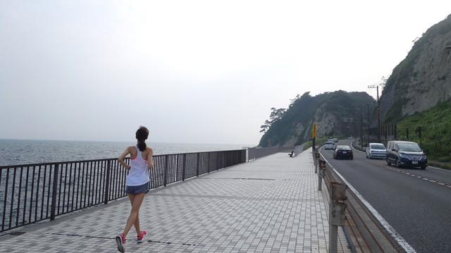 広がる海の景色、波の音、潮風が気持ちいい