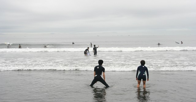 眼前に広がる海、素足で踏む砂の心地よさ