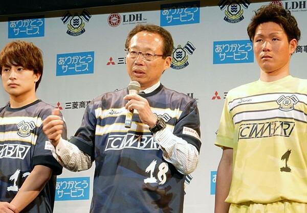 FC今治の新体制発表会見にはEXILEのメンバーである白濱亜嵐(左)も登場。森専務は「岡田さんが思い描く夢を共有しながら、僕たちも少しでもその力になれれば」と語る