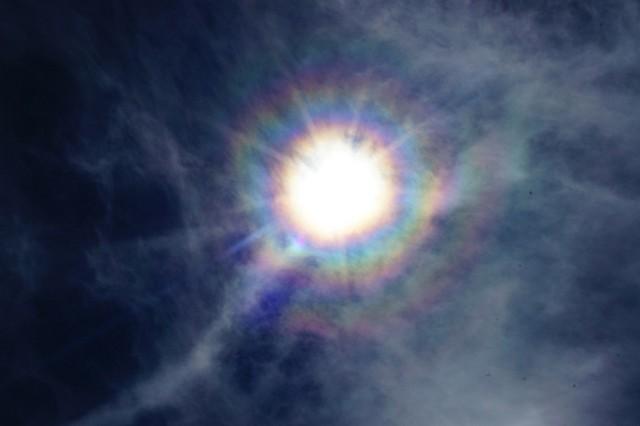 今日は1日薄曇り。雲の隙間から見えた太陽が、ほんの一瞬七色の光を発しました【(C)2013 Daisuke Koiwai. All rights reserved.】