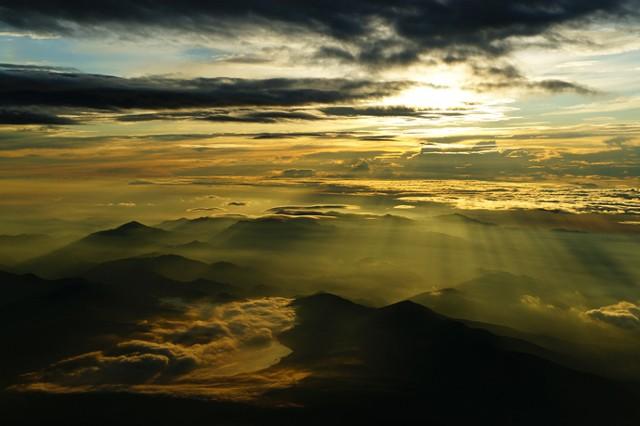 富士山頂から見る日の出は、山中湖から昇ってくる。朝陽がつくる光のカーテンが醸し出す、厳かな雰囲気【(C)2013 Daisuke Koiwai. All rights reserved.】