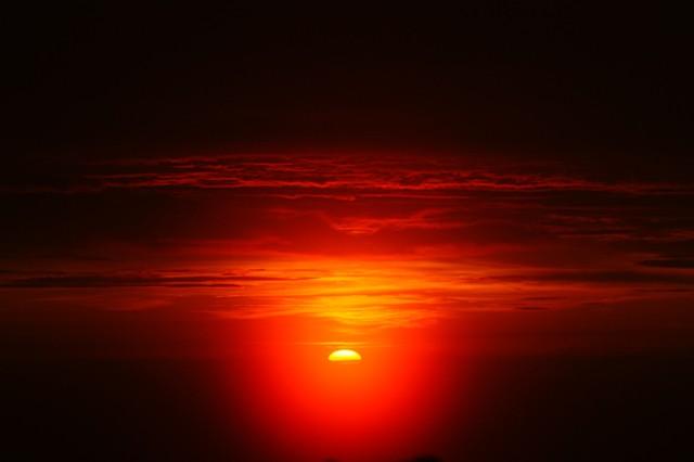 太陽が真っ赤に燃えたように昇る時、自然のパワーを感じます【(C)2013 Daisuke Koiwai. All rights reserved.】