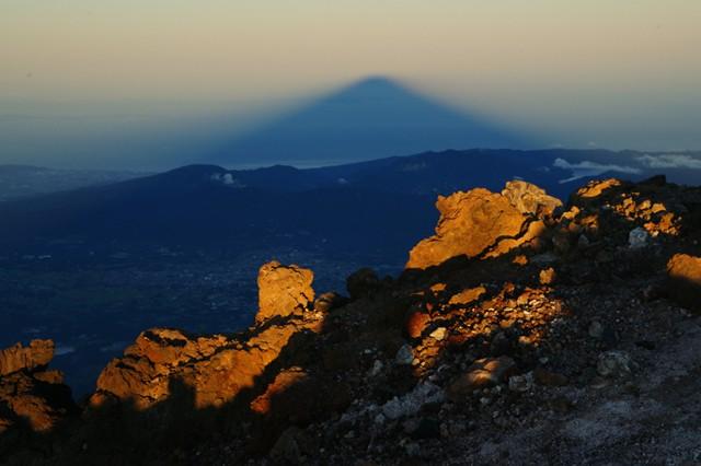 「影富士」と呼ばれる富士山のシルエットが遠くまで伸びることもあります。この様子を見ることが出来たらラッキー【(C)2013 Daisuke Koiwai. All rights reserved.】