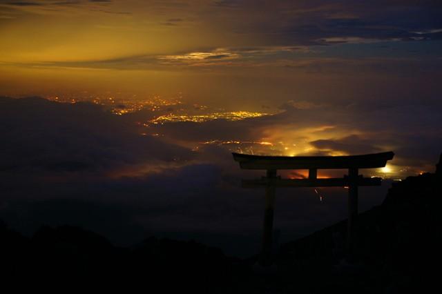 少し寒いのを我慢して山小屋の外に出てみると、眼下に煌めく富士五湖周辺の灯り【(C)2013 Daisuke Koiwai. All rights reserved.】
