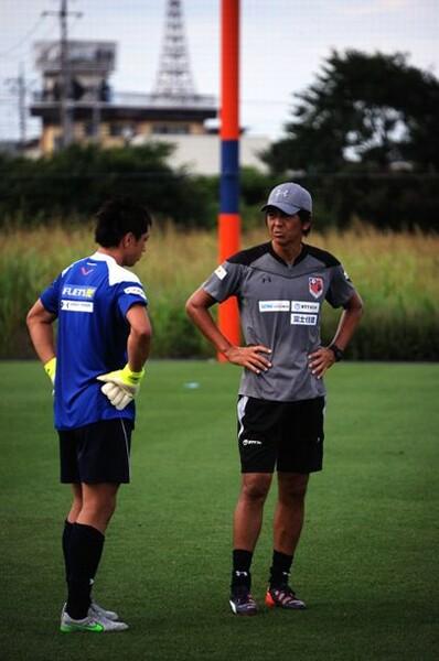 大宮の初代正GKで今はコーチを務める白井(右)。今季のGKの充実ぶりを日々実感している
