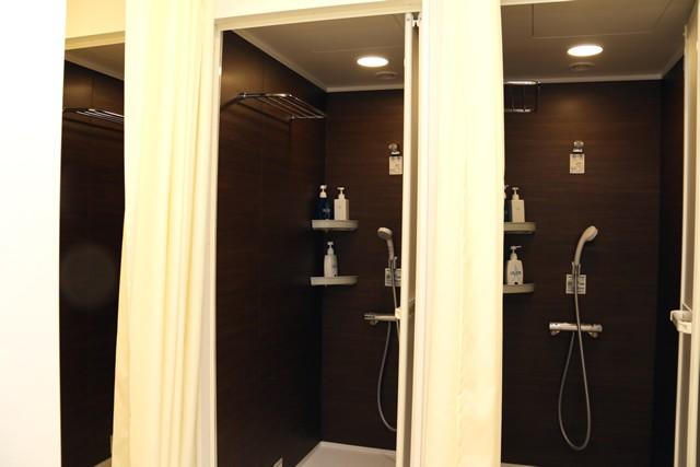 シャワーは男女ともに4基