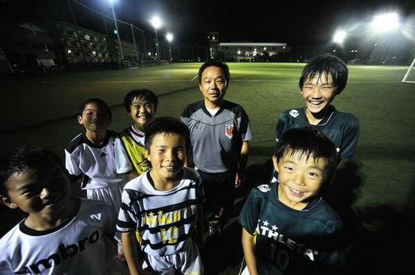 大宮が指導者を派遣している『さいたまシティノース』の子どもたち。後列中央にいるのが佐藤コーチ