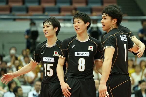 柳田(左)は「先輩選手に雰囲気を作ってもらった」と試合を振り返った