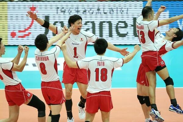 8戦を終えて5勝3敗。戦前の予想を上回る全日本男子の活躍に、体育館は熱気で溢れている