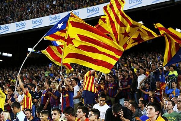 カタルーニャ州の旗を振るバルセロナのファンたち。前後半の17分14秒には独立コールがスタジアム内に鳴り響く