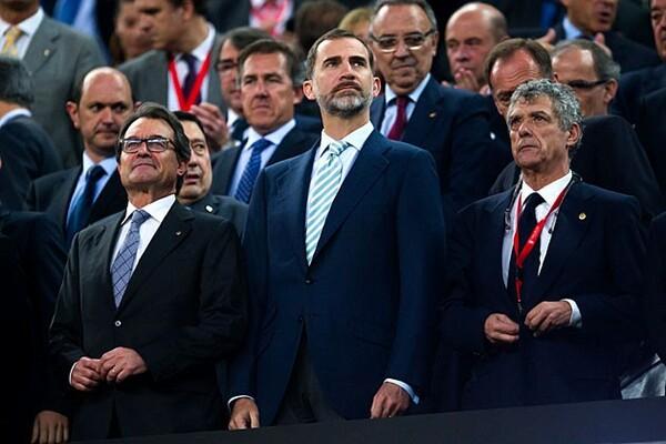 再選を目指すアルトゥル・マス現カタルーニャ首相(左)は、独立した場合もバルセロナはリーガに残るべきと主張している