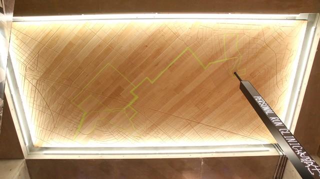 天井には木彫りの吉祥寺ランニングマップ