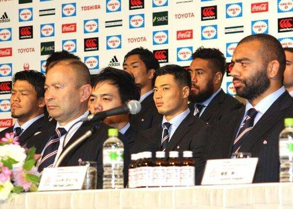 ワールドカップから帰国し、記者会見を行ったエディーHC(前列左)、リーチ(前列右)ら日本代表メンバー