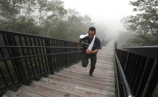 物足りなかったか、齊藤さんは階段ダッシュを敢行