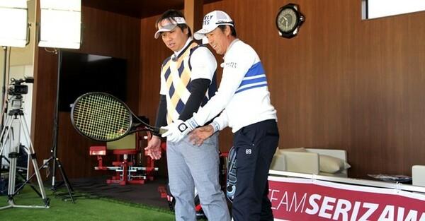 力強く振る里崎さんは左手甲が上を向くので、フェース面が安定しない。芹澤プロから「ピッチャー返しのイメージで」とアドバイスを受ける