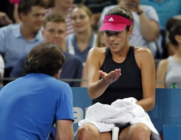 女子ツアーでのみ採用されている「オンコート・コーチング」とは? 写真はコーチから助言を受けるアナ・イバノビッチ