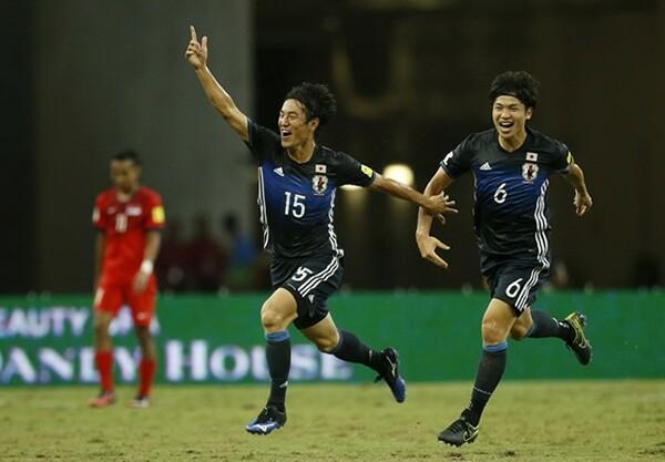 代表初ゴールを喜んだ金崎(左)