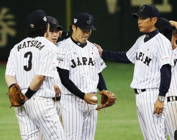 韓国戦の9回、満塁のピンチを招いた則本(中央)に交代を告げる小久保監督(右)