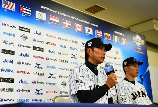 試合後会見で敗戦を振り返る小久保監督(左)とキャプテンを務める嶋
