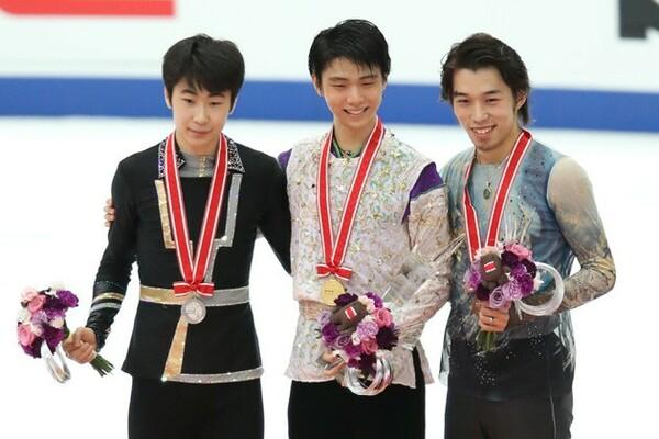 羽生(中央)が史上初の300点超えで優勝、2位は金博洋(左)、3位に無良が入った