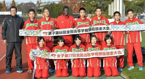 アベック優勝を果たし、記念写真に納まる世羅の岩本真弥監督(左端)と選手たち