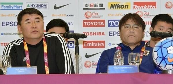 明日対戦する北朝鮮代表のユン・ジョンス監督(左)と会見に臨んだ手倉森監督