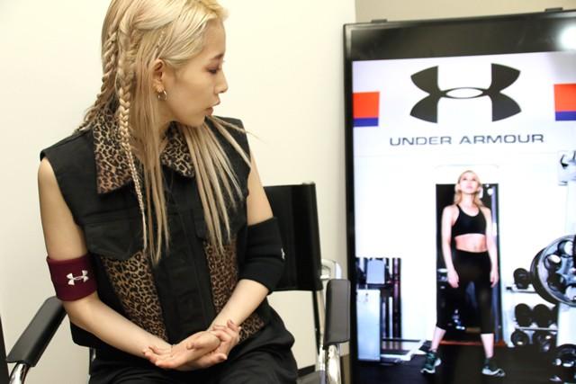 アンダーアーマーの公式写真ではアスリートのような見事な肉体美を披露した