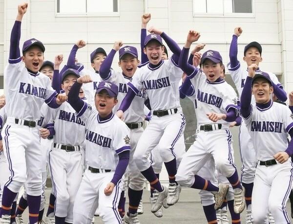 21世紀枠で出場が決まり、喜ぶ釜石の選手たち