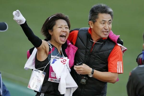 大阪国際女子マラソンを制した福士加代子(左)。マラソンでの五輪切符に大きく前進した。右は永山忠幸監督