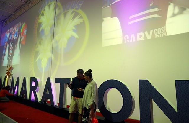 EXPOの入り口にでかでかとMIAMI MARATHONのモニュメントが。みんな写真撮影をしていました