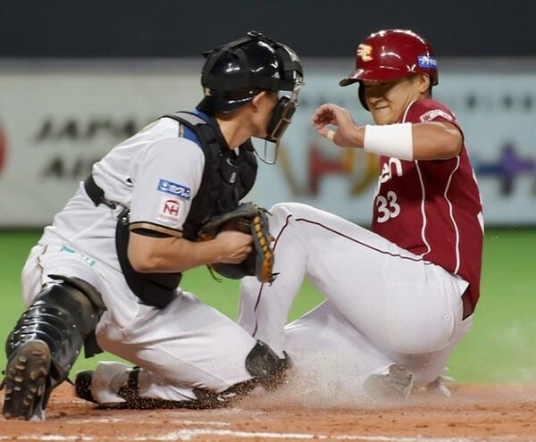 昨季まで見られていた捕手による本塁ブロック。だが今季からこのようなプレーはルール改正により禁止された