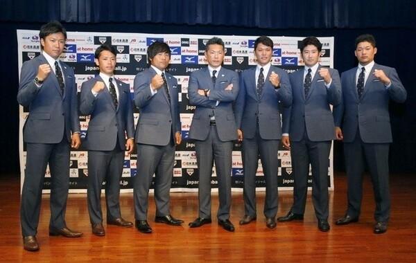 3月の強化試合に出場する日本代表メンバーたち(左から大野、小川、平田、小久保監督、坂本、菅野、筒香)