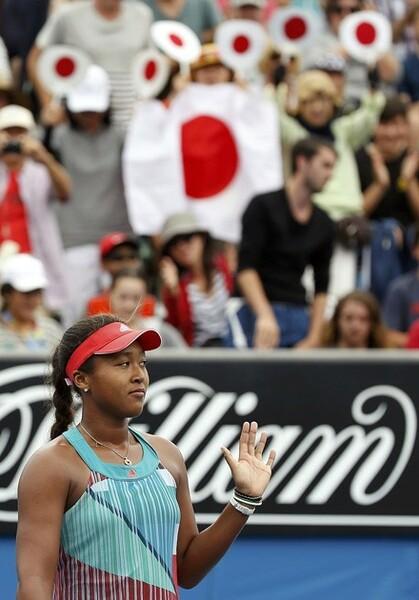 全豪オープン2回戦での大坂なおみ。観客席では日の丸が揺れていた
