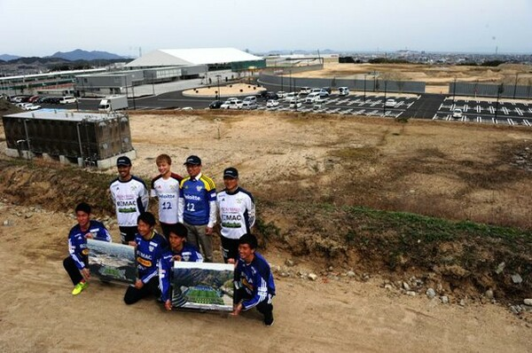 新スタジアムの建設予定地でのフォトセッション。来年夏、5000人収容の施設が完成
