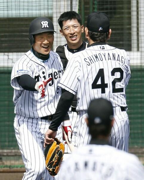 新任の矢野コーチ(中央)は金本監督(左)とは対照的な明るさをチームにもたらしている