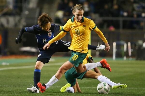 オーストラリアは試合開始直後からテンポの早い攻撃を繰り返し、ボールを奪われてもすぐに奪い返してまた攻撃に転じた