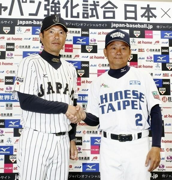 前日会見で握手をかわす侍ジャパン・小久保監督(左)とチャイニーズ・タイペイ洪監督