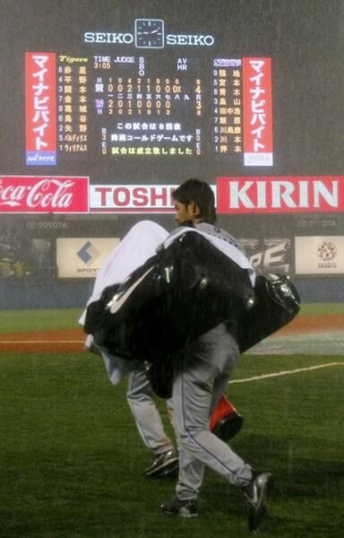 08年7月29日。神宮のヤクルト戦は雨でコールドゲームに。ゲリラ豪雨でびしょ濡れになりながら、福本さんと楠アナは放送を行った