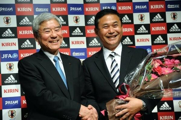女子日本代表の監督を退任することを発表した佐々木監督(右)