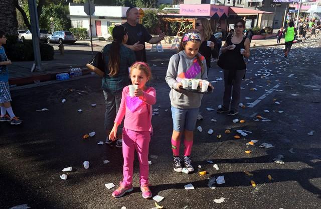 小さな子供たちも積極的にボランティアに参加。