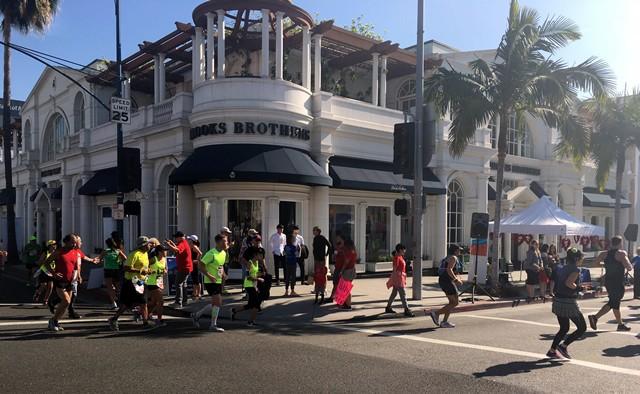 ロデオドライブのブルックスブラザーズ前を走るランナーたち。世界屈指の高級ショッピング街もロサンゼルスマラソンのコースの一部だ。